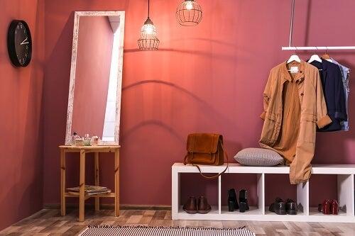 Specchio, scarpiera e appendiabiti per decorare ingressi piccoli