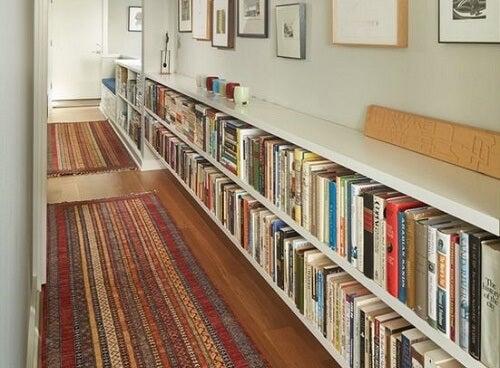Libreria da corridoio è un'idea per decorare la casa con i libri