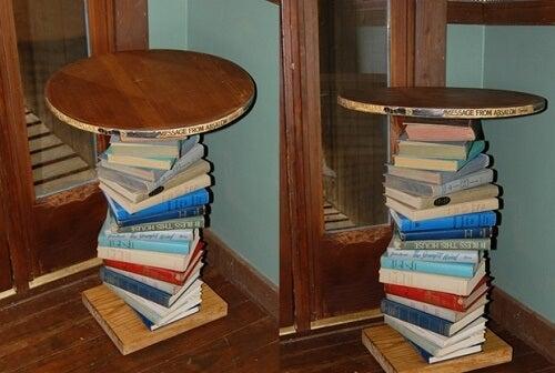 Un tavolino usato per decorare la casa con i libri