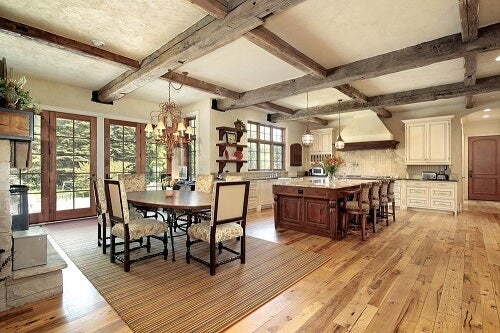 Interno con tetto ed elementi in stile coloniale