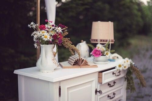 Un tavolino bianco in shabby chic