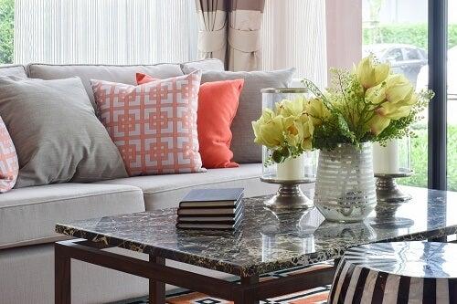 Un tavolino da salotto in granito