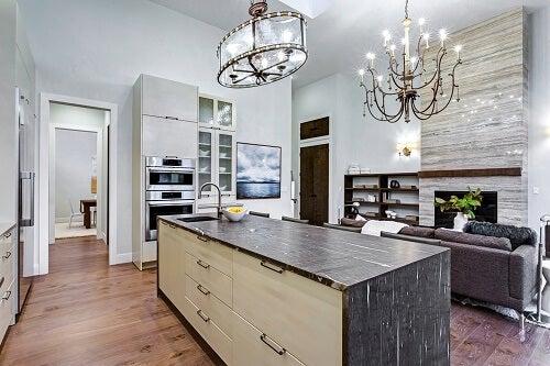 Un esempio di cucina aperta o chiusa moderna