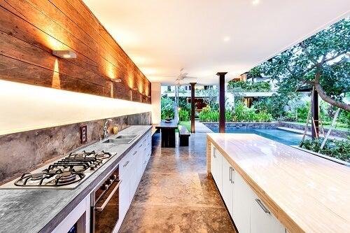 Una cucina esterna coperta con piscina