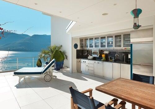 Una cucina esterna coperta davanti al mare