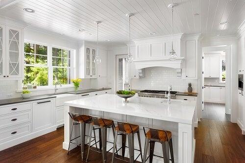 Una cucina bianca in stile italiano