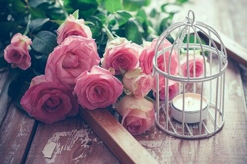 Mazzo di rose accanto a una gabbia decorativa