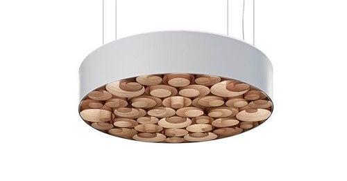 Una lampada in legno impiallacciato da soffitto