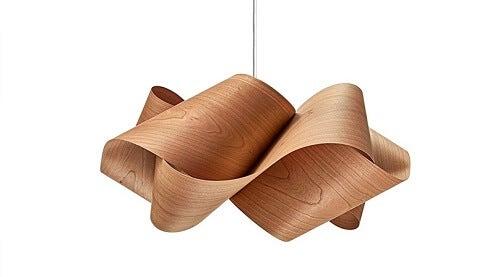 Una lampada in legno impiallacciato intrecciata