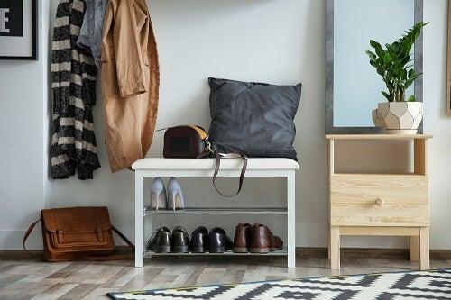 Alcune scarpe dentro casa in una scarpiera bianca