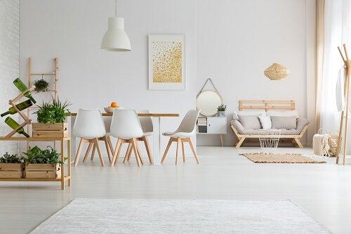 Una sala da pranzo minimalista in bianco e legno
