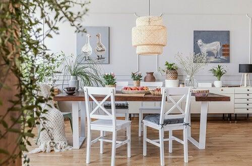 Una sala da pranzo minimalista in legno