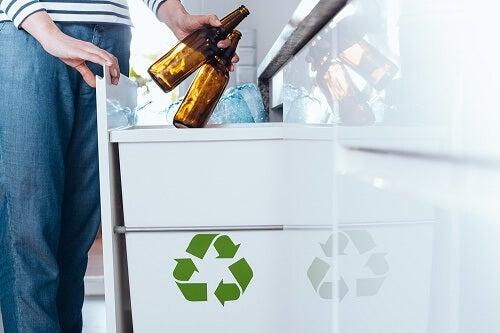 Uomo getta due birre nel portarifiuti ecologico