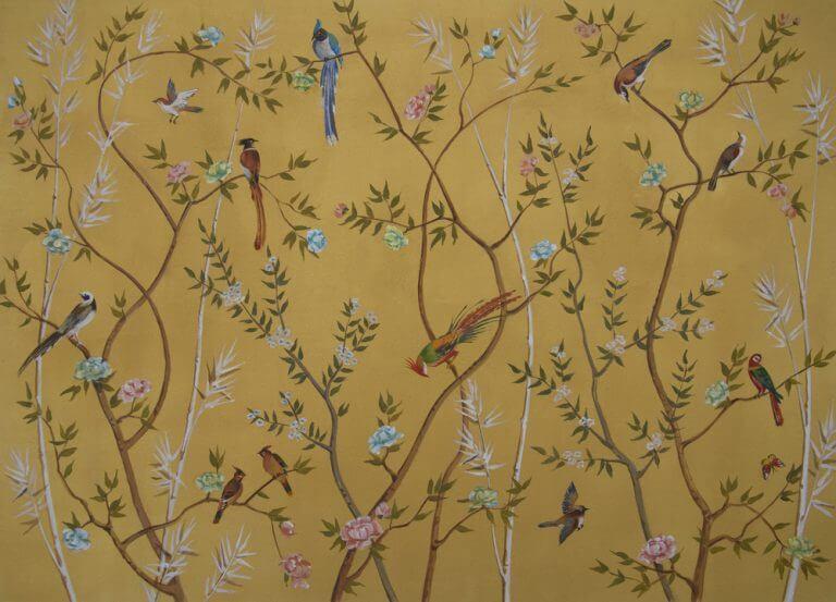 Carta da parati dorata con piante e uccelli