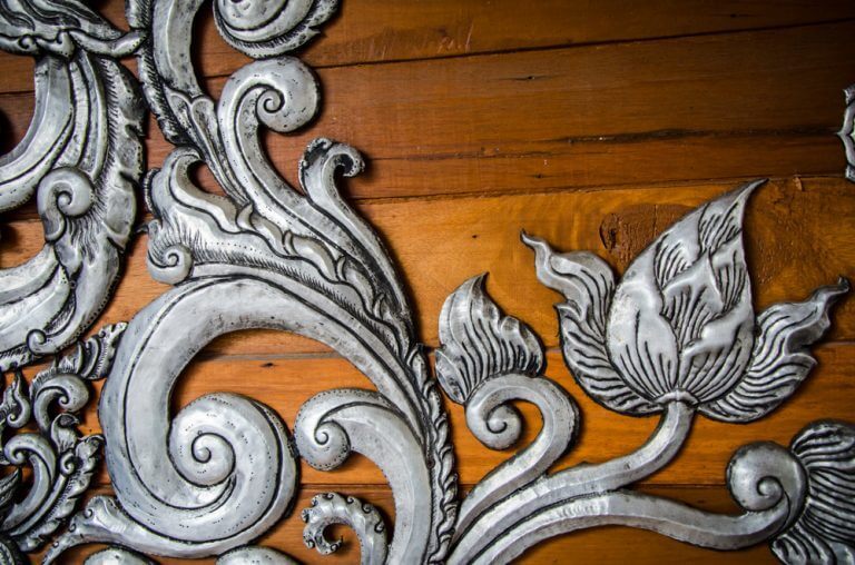 decorazione argento su base in legno