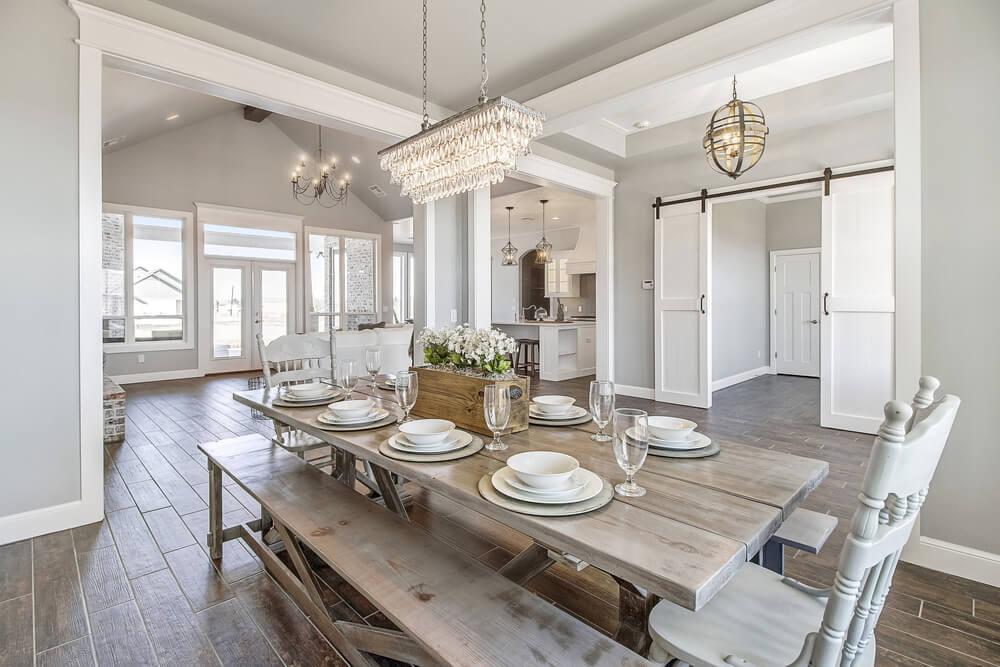 stanza luminosa con mobili di legno chiaro