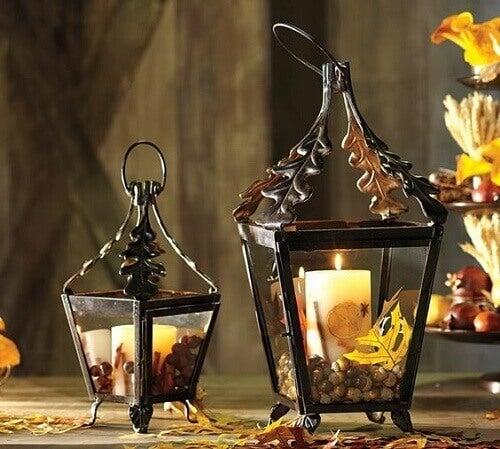 Due lanterne con candele accese