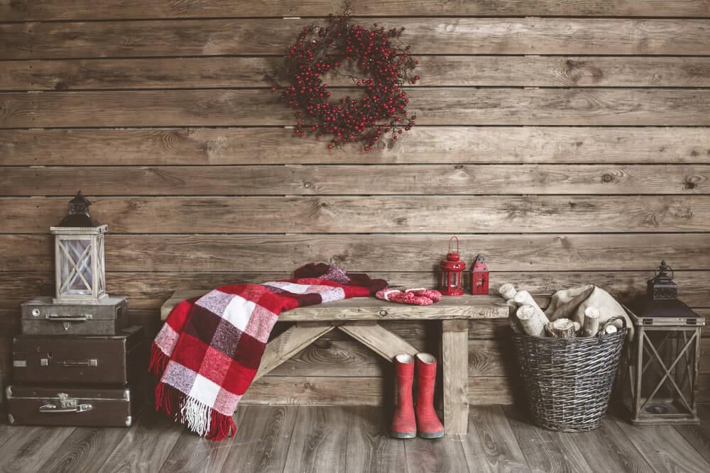 panchina in legno coperta a quadri