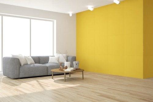 Due modi per decorare il salotto in giallo
