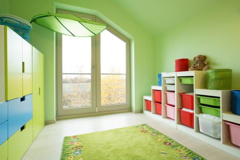 stanzetta per bambini colorata con contenitori colorati per riporre oggetti