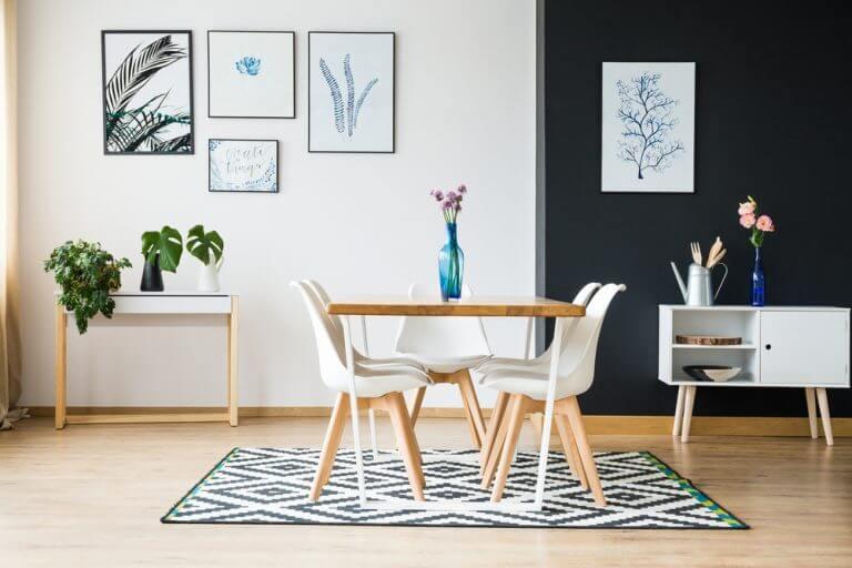 sala da pranzo con tavolo piccolo e tappeto con stampa bianco e nero