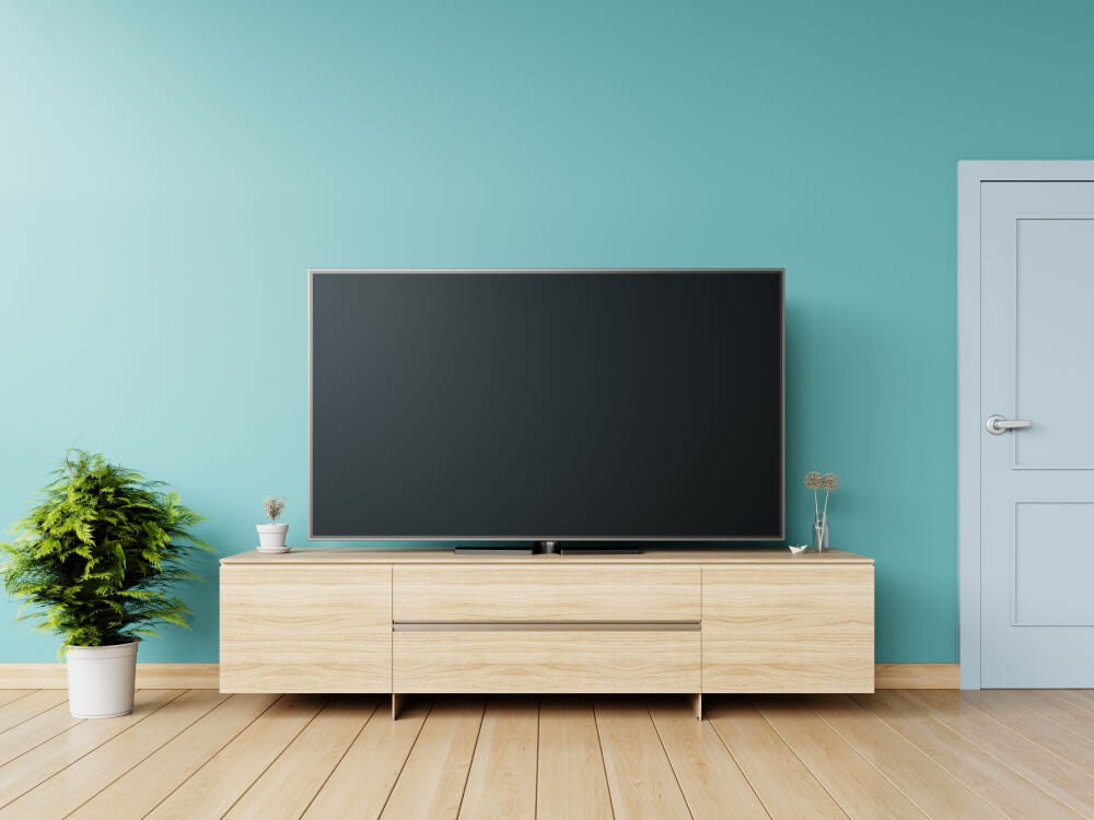televisore su parete azzurra