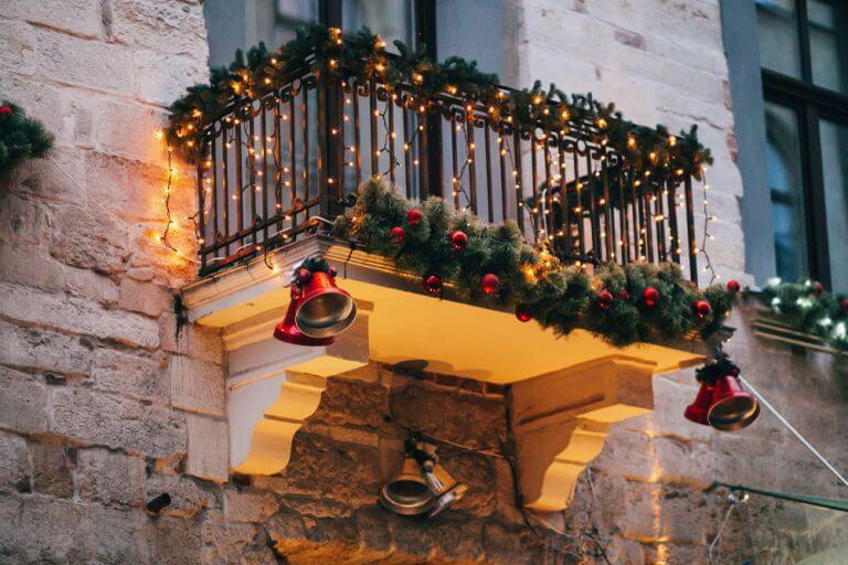 Ghirlande natalizie, campane e luci su terrazzino