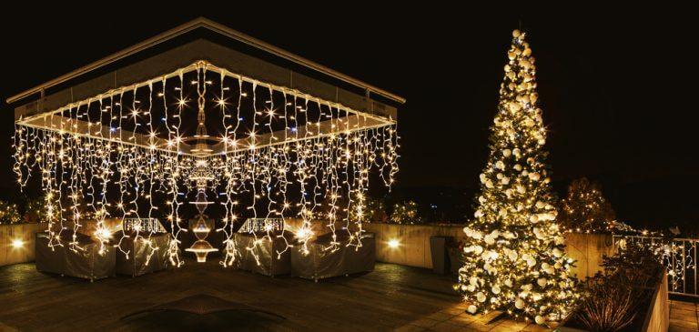Terrazza decorata con luci di natale bianche calde