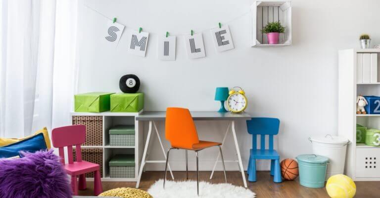 Scrivania per bambini con sedie colorate