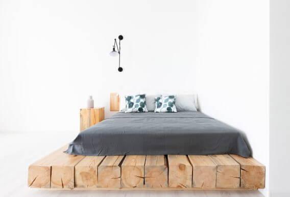 piattaforma in tronchi di legno come base per il letto