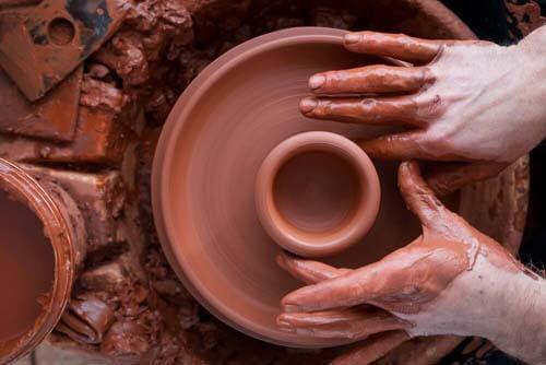 Artigiano lavora vaso di argilla