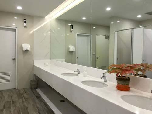 Bagno moderno con specchio e faretti