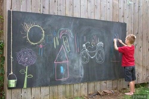 Bambino scrive su lavagna