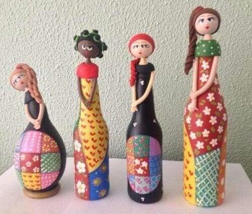 Con l'upcycling le bottiglie diventano bambole