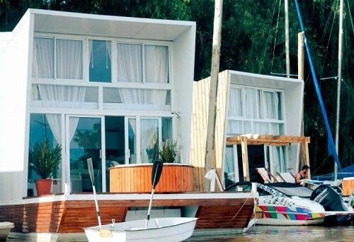 Due case galleggianti bianche