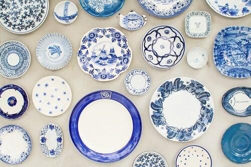 Idea per decorare le pareti con i piatti blu