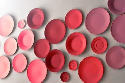 Esempio per decorare le pareti con i piatti rossi