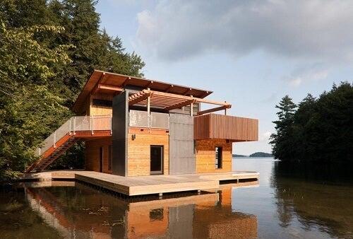 Una casa galleggiante di legno