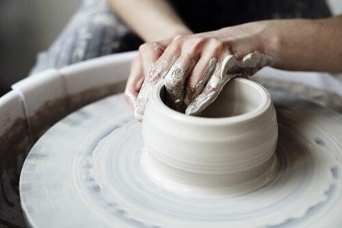 Vasaio prepara ceramiche organiche