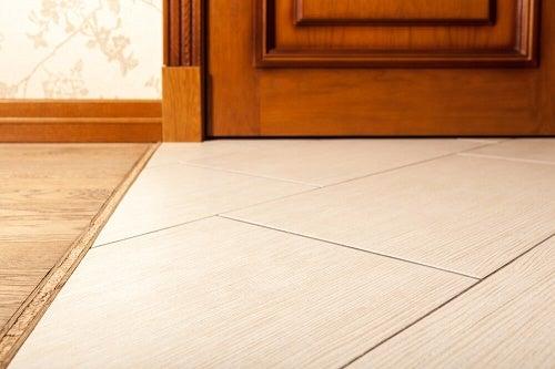 Porta in legno su pavimento piastrellato