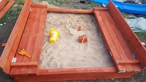 Scatola di sabbia su prato