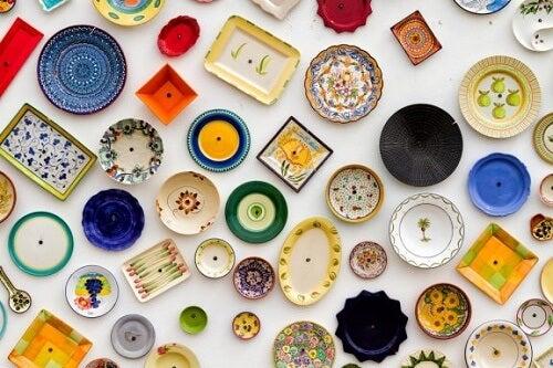 4 modi creativi per decorare le pareti con i piatti