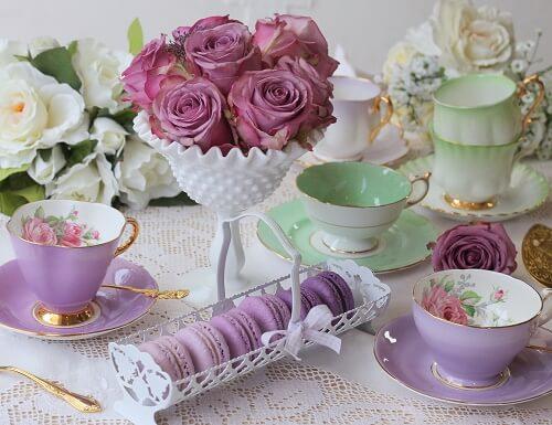 Allestimento viole per una sala da tè