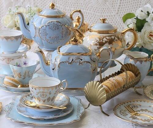Allestimento blu pastello per una sala da tè