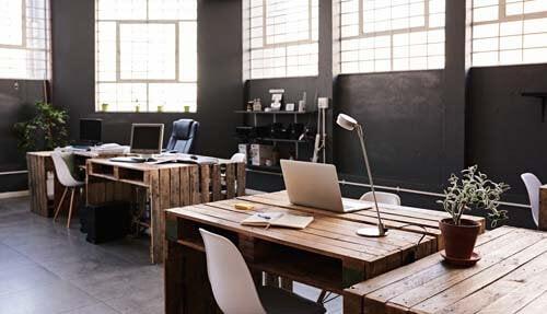 Uno spazio coworking con pallet