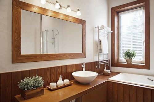 Bagno con ceramiche bianche e legno