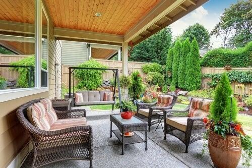Un portico di legno su giardino