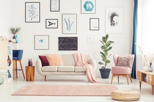 Sala con pareti di casa decorate con quadri