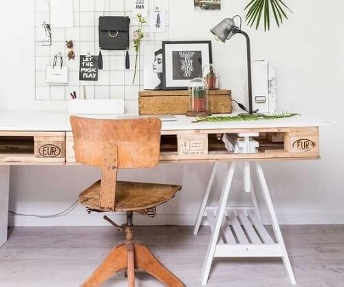 Una scrivania con i pallet con sedia in legno