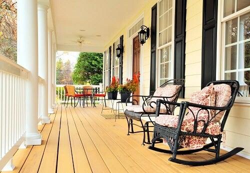 Veranda con sedie a dondolo